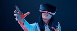 Junge Frau mit Virtuelle-Realität-Brille