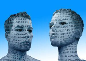 zwei Schaufensterpuppen mit binaer-Code im Gesicht und Hals