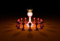 Bauern und König eines Schachspiels stehen für Chef-Metapher
