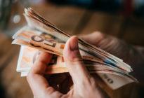 Hand hält Eurogeldscheine