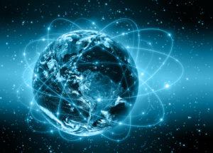 Globus mit Technologieumgebung symbolisiert Internet