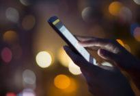 Frauenhände halten Smartphone in der Hand