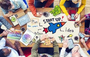 Junge Leute, die an einem Business-Konzept für ein Start-up arbeiten