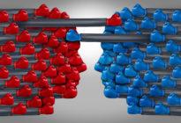 Zwei Köpfe bestehend aus roten und blauen Boxhandschuhen, die gegeneinander kämpfen