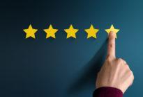 Kundenfeedback mit 5 Sternen, die von einem Finger markiert werden