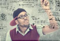 Nerd schreibt Zahlen an eine Wand