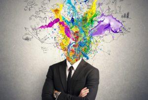 Businessmann, dessen Kopf aus Farbe und Formen besteht