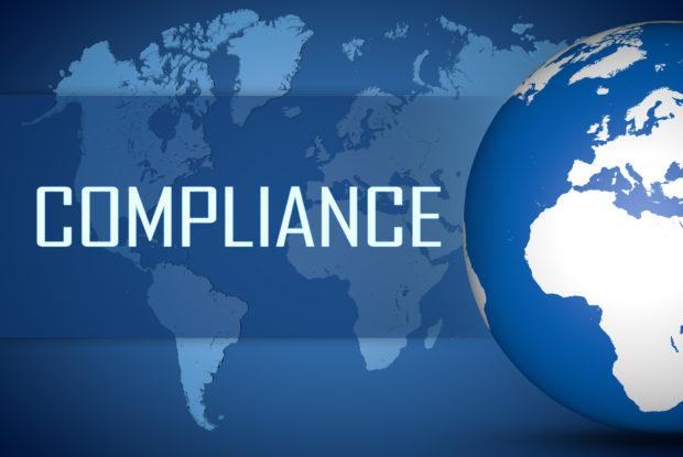 Globus und Weltkarte, davor die Aufschrift Compliance