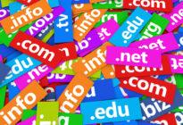 Mehrere Domainendungen auf bunten Schildern