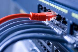 High Speed Internet Verbindung mit farbigen Kabeln