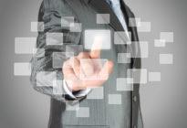Businessmann berührt mit seiner Hand virtuelle Screen