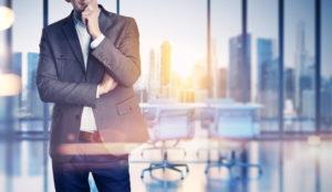 Businessmann vor Skyline