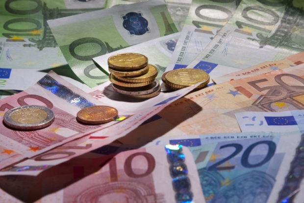 Mehrere Eurogeldscheine und Euromünzen