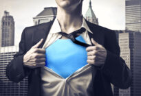 Businessmann, der Brust-Shirt zeigt