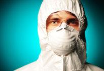 Mann mit Schutzbekleidung beispielsweise gegen das Coronavirus