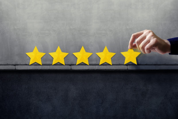 Customer Experience Konzept: Hand bewertet mit fünf Sternen