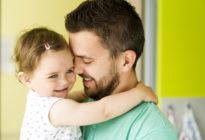 Vater mit Kind im Arm