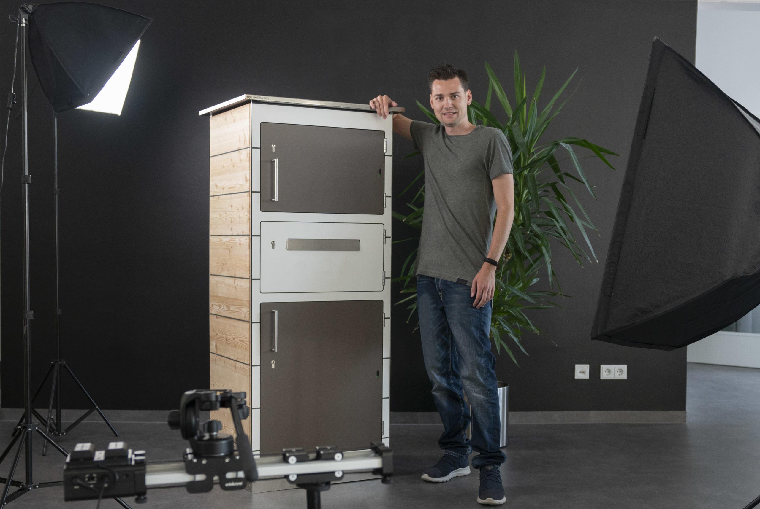 Gründer und CEO Michale Haller beim Fotoshooting eines Paketkastenmodells