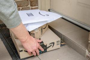 Amazonpakete, die abgeliefert werden