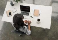 Freelancer arbeitet am Tisch