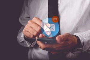 Geschäftsmann schreibt eine E-Mail