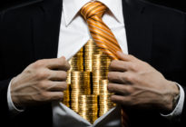Businessmann öffnet sein Hemd, auf dem sich Münzen auf seiner Brust befinden