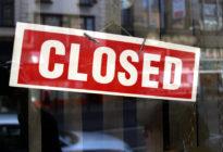 Closed-Schild vor Geschäft