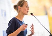 Frau hält Präsentation und Rede