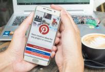 Hände halten Samsung-Smartphone mit Social Media