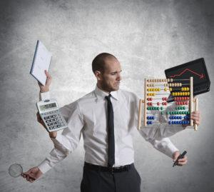Geschäftsmann in der Krise, der Berechnungen anstellt