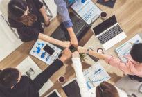 Businessleute halten ihre Hände ausgestreckt im Teammeeting