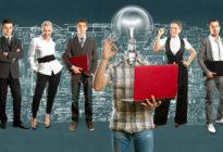 Business Team mit einem Mann mit Glühlampen-Kopf