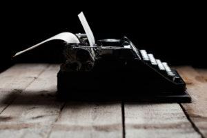 Alte Schreibmaschine auf Holztisch
