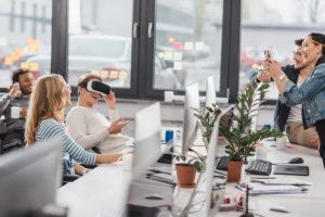Junge Leute im Büro mit VR-Brille