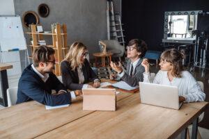 Junge Leute vom Start-up beim Meeting