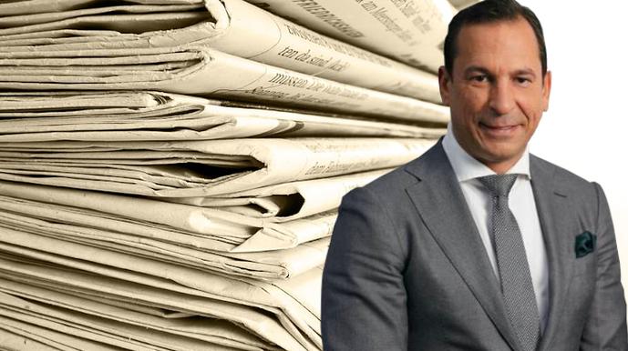 Josip Heit von GSB mit Zeitungen im Hintergrund