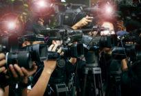 Reporter filmen mit Kameras