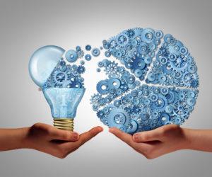 Ideen austauschen mit Zahnrädern und Glühlampe