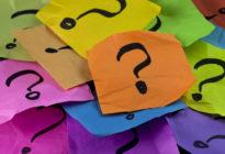 Fragezeichen auf buntem Papier