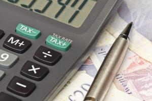 Taschenrechner, Geldscheine und Kugelschreiber