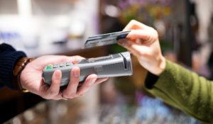 Frauenhand bezahlt kontaktlos