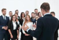 Businessmann, der Rede zu Team hält