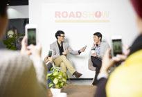 Junge, asiatische Unternehmer auf einer Roadshow