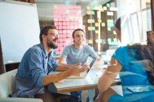 Junge Business Leute im Teammeeting im Büro