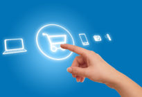 Hand, die auf Einkaufswagen-Symbol auf Touchscreen drückt