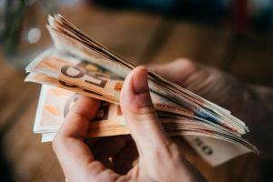 Hände mit Euro-Scheinen