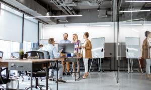 Geschäftsleute, die in einem modernen Büro arbeiten