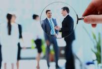 Lupe mit Geschäftsleuten im Fokus