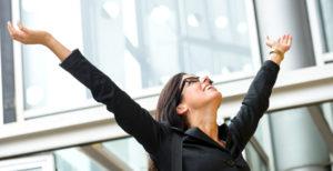 Business-Frau, die ihre Arme in die Luft wirft