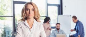 Frau im Büro mit Kollegen